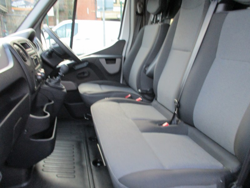 Renault Master LM35 2.3DCi FWD Business Long Wheelbase Medium Roof Panel Van 130PS